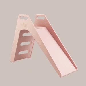 Różowa drewniana zjeżdżalnia do domu