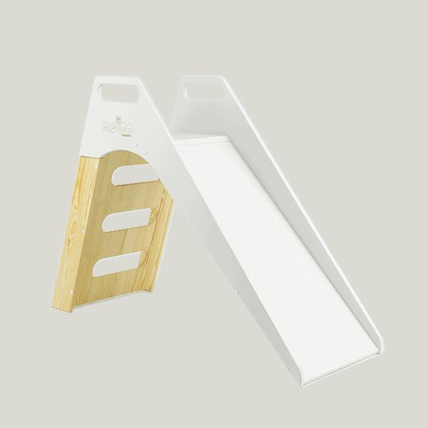 Biało-drewniana zjeżdżalnia do domu
