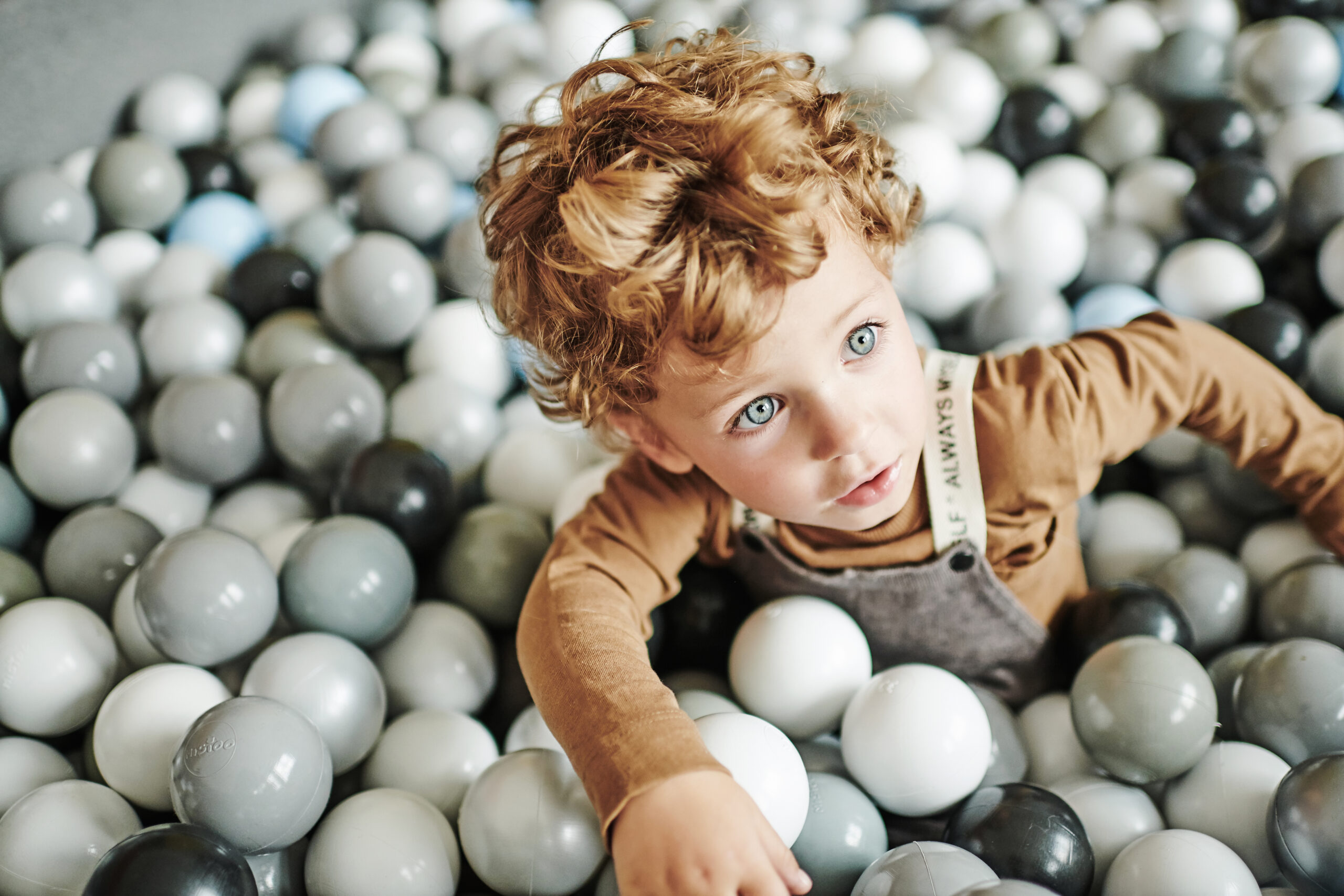 Jak przyzwyczaić dziecko do zabawy w suchym basenie z kulkami?