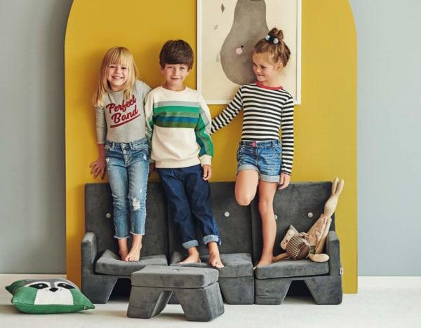 Dzieci stojące na fotelikacj