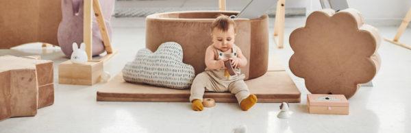 Dziecko przy suchym basenie, pufie i macie