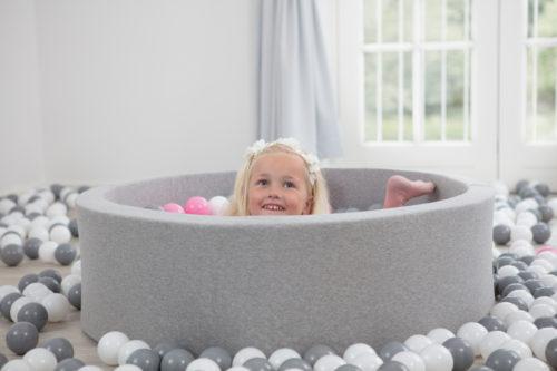 Dziecko bawiące się w suchym, szarym basenie