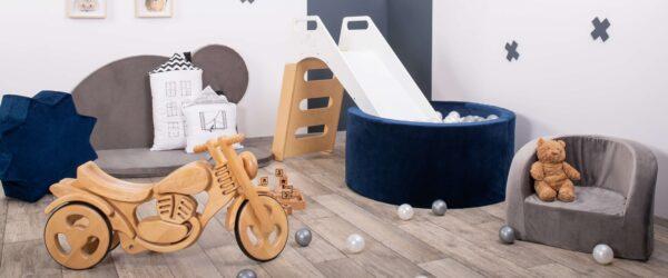 Drewniany motorek, pufy, fotelik i mata