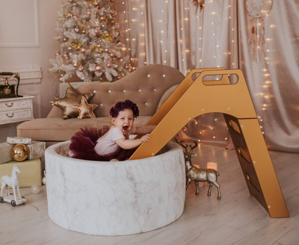 Dziecko w suchym basenie marmurkowym - święta