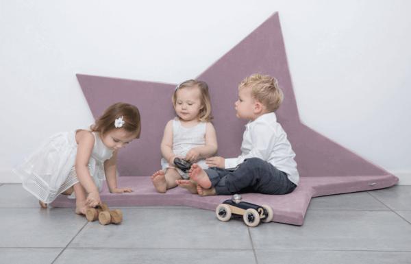 Dzieci bawiące się na macie gwiazdka