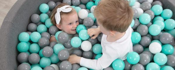Dzieci bawiące się w piłeczkach