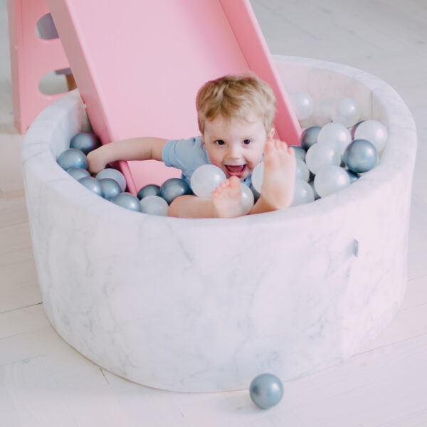 Dziecko w okrągłym basenie - jasny marmurek