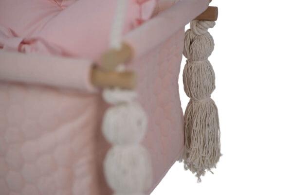 Zbliżenie na frędzle - różowy materiał